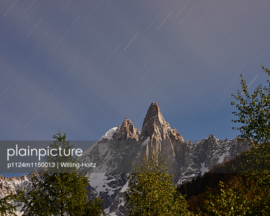 Bergspitze mit Sternenhimmel - p1124m1150013 von Willing-Holtz