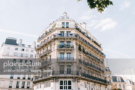 Prachtvoller Altbau im Sommer in Paris - p1497m1584907 von Sascha Jacoby