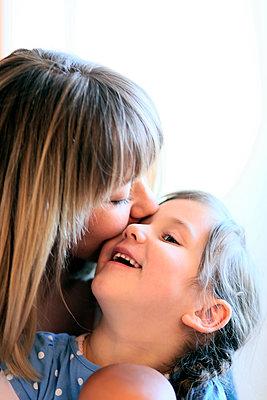 Mutter küßt Tochter - p1258m1445604 von Peter Hamel