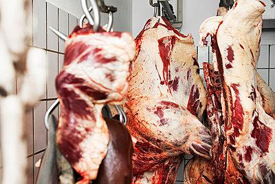 Rindfleisch in der Kühlkammer - p1271m1539995 von Maurice Kohl