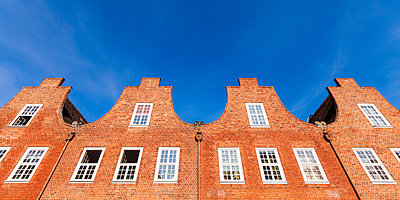 Germany, Potsdam, row of historical gable houses at Dutch quarter - p300m1192340 by Werner Dieterich