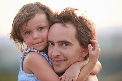 Portrait of girl hugging father, Buonconvento, Tuscany, Italy - p429m1140066 by Ghislain & Marie David de Lossy