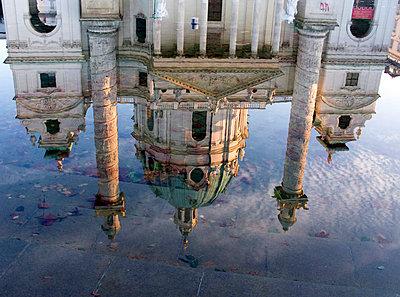 Reflexion der Karlskirche in einer Pfütze - p4902316 von Andrea Altemüller