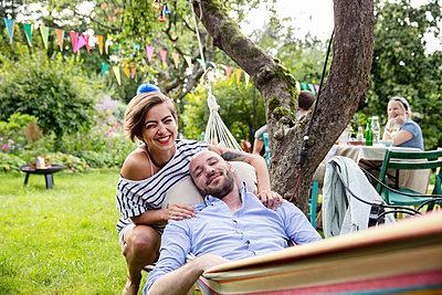 Junges Paar in der Hängematte entspannt sich - p788m1165391 von Lisa Krechting