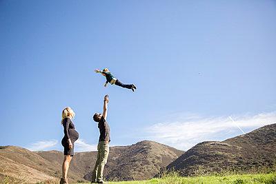 Parents and boy enjoying day outdoors - p924m1230048 by Sasha Gulish