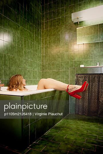 Woman in bathtub with red high heels - p1105m2126418 by Virginie Plauchut