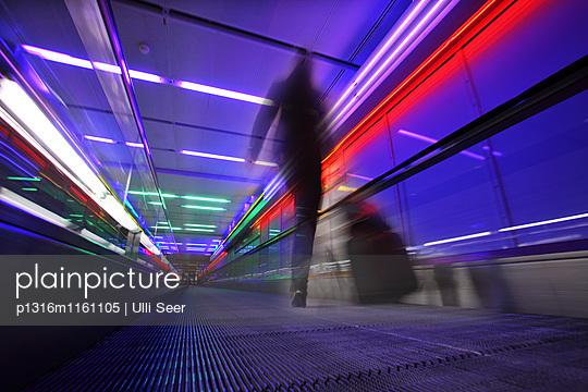 Lichtinstallation entlang Laufband, Terminal 1, Flughafen Franz Josef Strauß, München, Bayern, Deutschland - p1316m1161105 von Ulli Seer