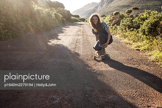 Junges Mädchen mit Skateboard - p1640m2279194 von Holly&John