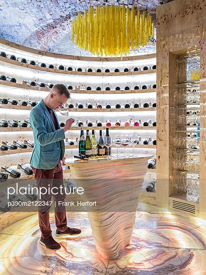 Wine tasting in a wine cellar - p390m2122347 by Frank Herfort