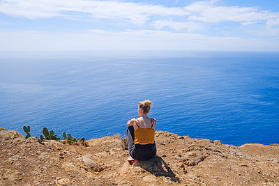 Portugal, Madeira, Woman looks out over the sea - p1600m2175620 by Ole Spata