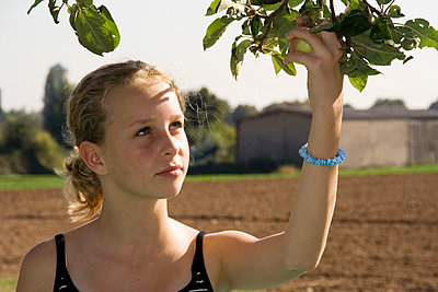 Picking an apple - p3600050 by Ralf Brocke