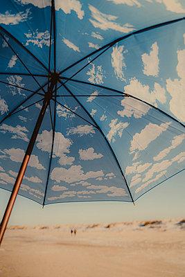 Regenschirm mit Wolken in St. Peter-Ording - p432m2257848 von mia takahara