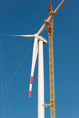 Mounting a wind turbine - p1079m885259 by Ulrich Mertens