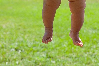 Baumelnde Babybeine - p495m856637 von Jeanene Scott