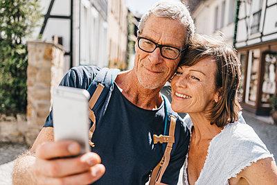 Mature couple taking a selfie - p586m1171828 by Kniel Synnatzschke