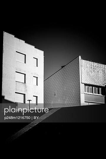 Hausfassaden von Wohnblocks - p248m1216750 von BY
