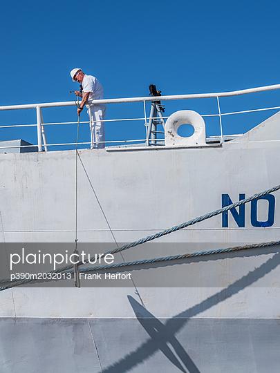Arbeit auf dem Schiff nach dem Anlegen am Dock - p390m2032013 von Frank Herfort