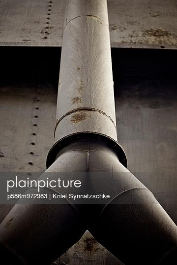 Alte Rohrleitung in einer Industrieanlage - p586m972983 von Kniel Synnatzschke