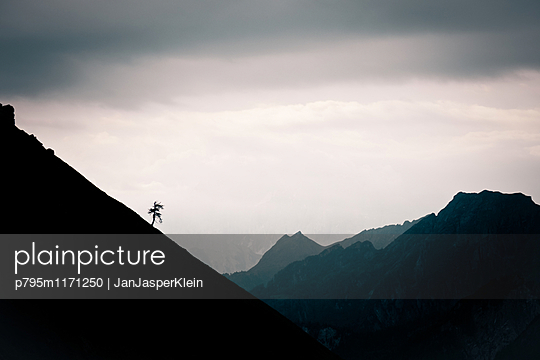 Silhouette of mountains in the Dolomite - p795m1171250 by JanJasperKlein