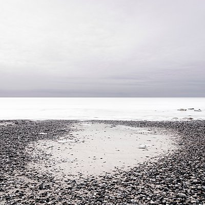 Pfütze am Meer - p1137m940672 von Yann Grancher