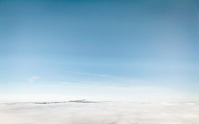 Blue sky over snowy landscape - p429m756492 by Manuel Sulzer