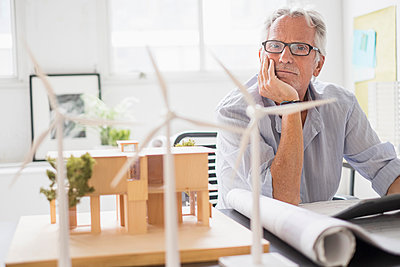 Older Caucasian architect examining scale model in office - p555m1412286 by JGI/Tom Grill