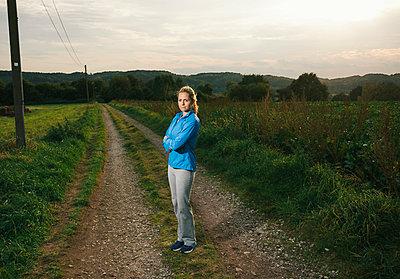Blonde Frau in Trainingskleidung - p586m971671 von Kniel Synnatzschke