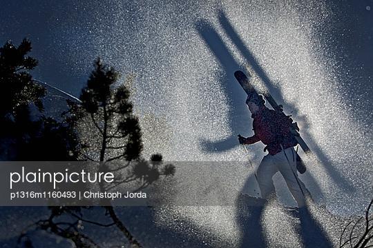 Skifahrerin beim Aufstieg im Tiefschnee, Oberjoch, Bad Hindelang, Bayern, Deutschland - p1316m1160493 von Christoph Jorda