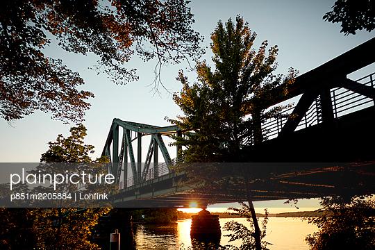 Brücke bei Sonnenuntergang - p851m2205884 von Lohfink
