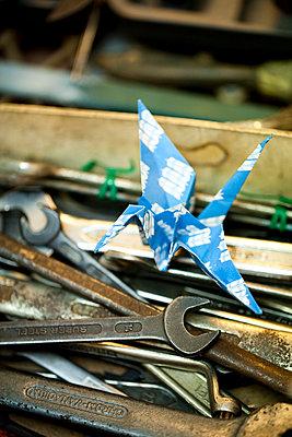 Origami Kranich in Werkzeugkiste - p1195m1195454 von Kathrin Brunnhofer
