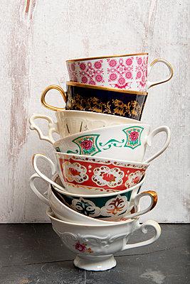 Tassenstapel - p451m901766 von Anja Weber-Decker