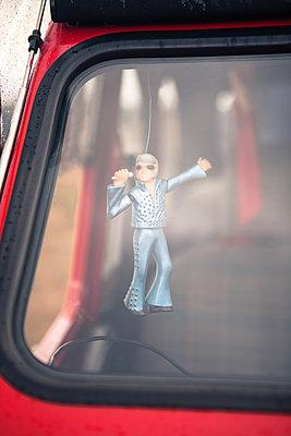 Elvis-Anhänger im Auto - p045m2005016 von Jasmin Sander
