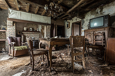 Abandoned house - p1440m1497507 by terence abela