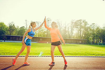 Sportliche Frau - p904m1031355 von Stefanie Päffgen