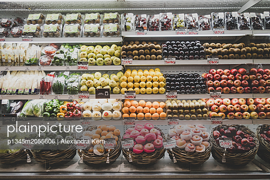Variety of fruit in the supermarket - p1345m2055606 by Alexandra Kern