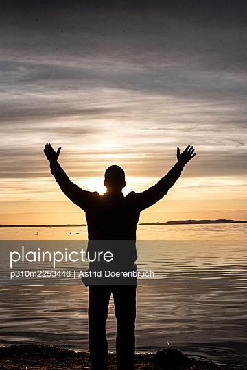 Mann im Sonnenuntergang  - p310m2253446 von Astrid Doerenbruch