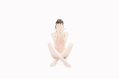 Nackte Frau hält Hände vors Gesicht - p1532m2090255 von estelle poulalion