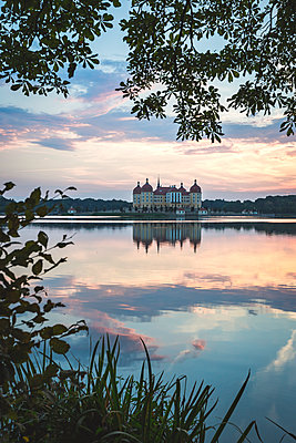 Germany, Saxony, Moritzburg Castle at castle pond in the evening - p300m2102529 by Anke Scheibe