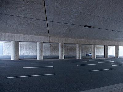 Einzelnes Auto in mehrspurigem Tunnel - p606m2076440 von Iris Friedrich