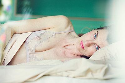 Schöne Frau im Bett - p904m1133640 von Stefanie Päffgen