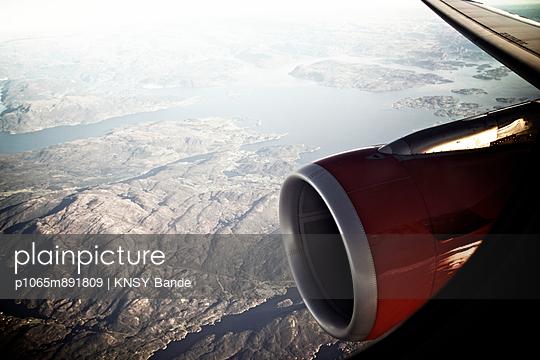 Blick aus dem Flugzeug auf eine Fjordlandschaft - p1065m891809 von KNSY Bande