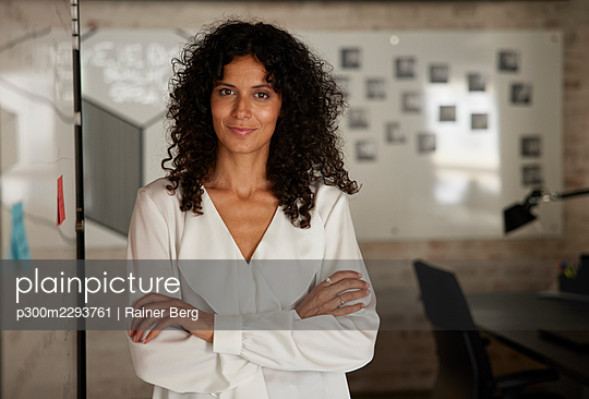 Confident female professional standing with arms crossed at workplace - p300m2293761 by Rainer Berg