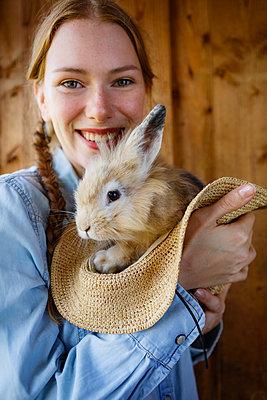 Stolz auf mein Kaninchen - p045m2207599 von Jasmin Sander