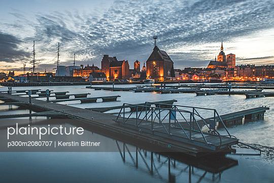 Germany, Mecklenburg-Western Pomerania, Stralsund, harbour in the evening - p300m2080707 by Kerstin Bittner