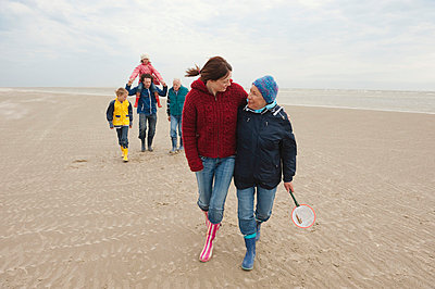 Germany, St. Peter-Ording, North Sea, Family  walking on beach - p30017862f by Westend61