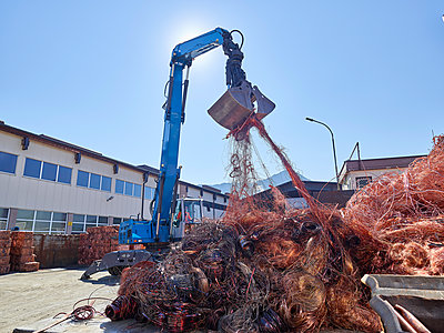 Austria, Tyrol, Brixlegg, Electronic copper wires being recycled in junkyard - p300m2131767 by Christian Vorhofer