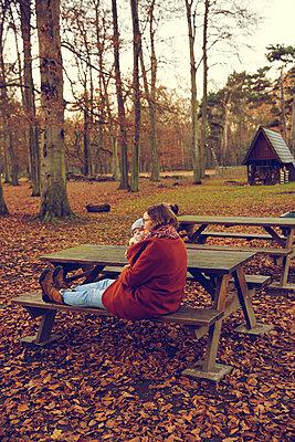 Herbstspaziergang, Mutter mit Kind - p904m1193441 von Stefanie Päffgen