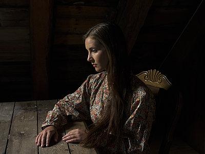 Junge Frau im geblümten Kleid - p945m1154629 von aurelia frey