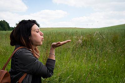 Portrait einer Frau in der Natur - p1509m2092251 von Romy Rolletschke