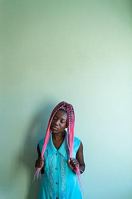 Junge Afrikanerin mit Dreadlocks - p427m2089606 von Ralf Mohr